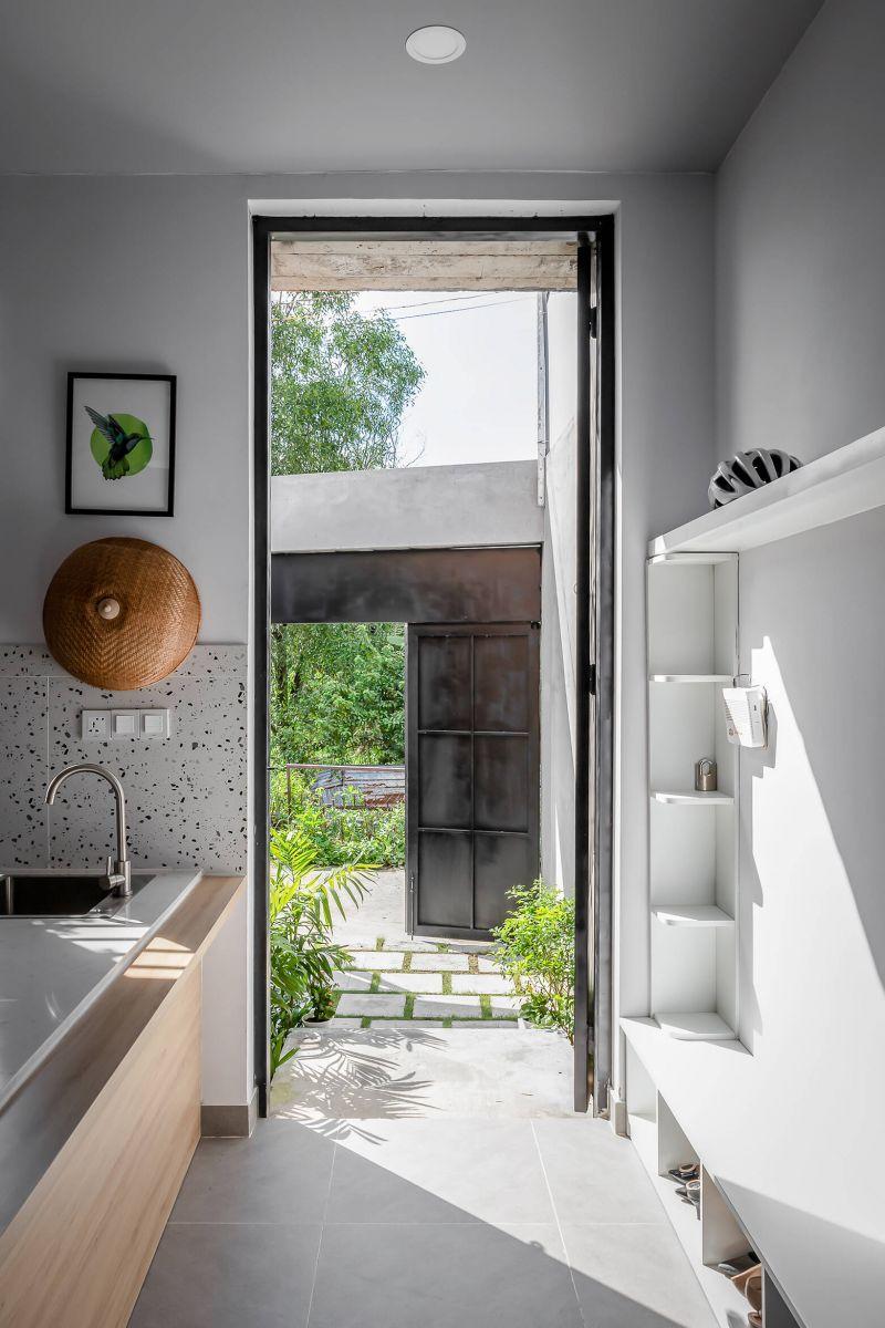 Sảnh dẫn vào không gian bên trong của ngôi nhà được bố trí tủ để giày dép, khoá, mũ bảo hiểm rất tiện nghi