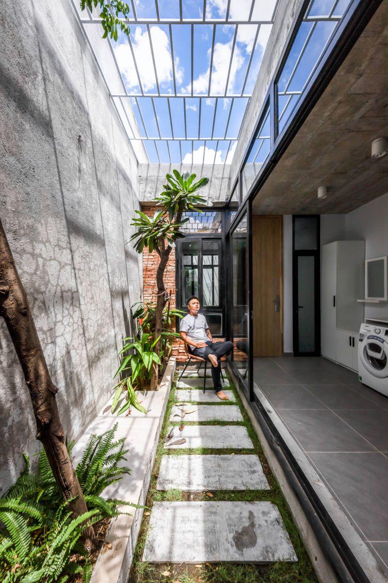 Khoảng sân vườn giữa nhà mang tới ánh sáng tự nhiên cho không gian bên trong