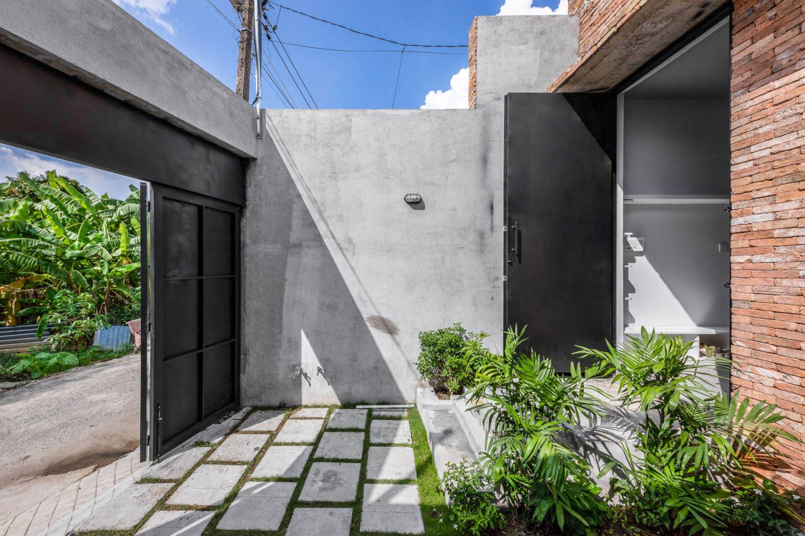 Cổng chính của ngôi nhà sử dụng cửa sắt màu đen hiện đại