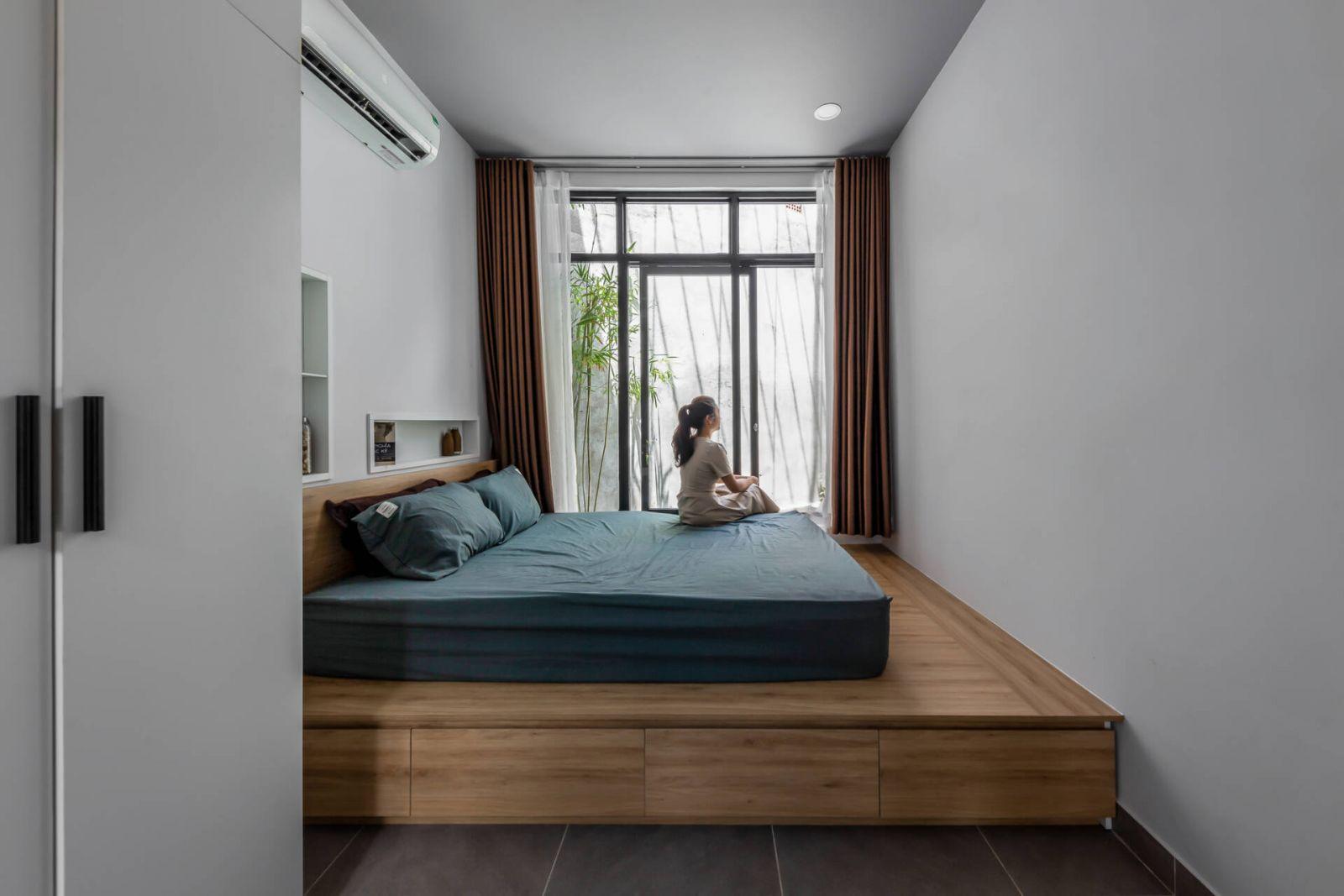Để tối ưu không gian sinh hoạt, nhóm KTS đã sử dụng phản nằm thay vì giường, tích hợp với tủ để đồ ở bên dưới rất tiện nghi