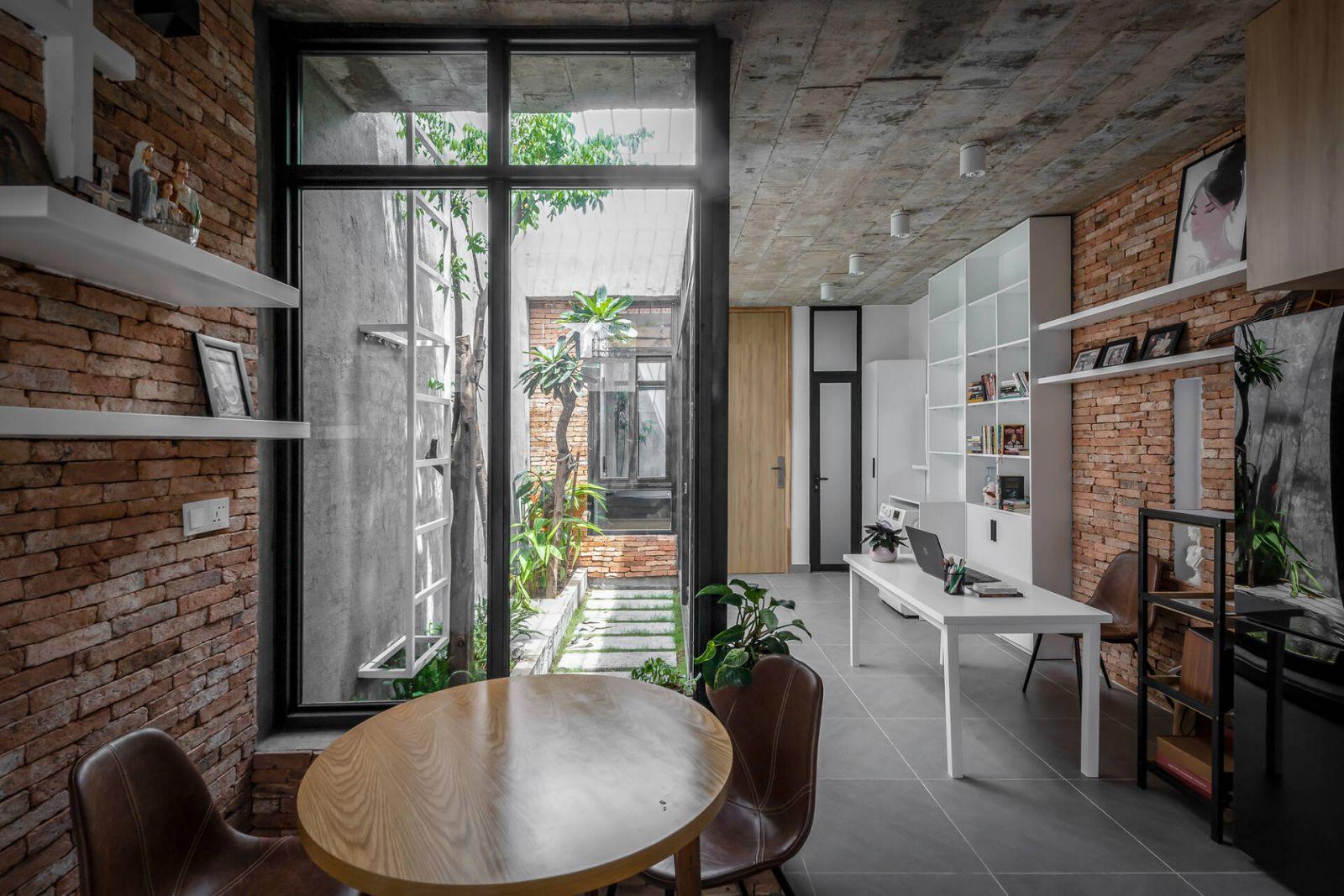 Để không gian bên trong mát mẻ, nhóm thiết kế sử dụng gạch làm vật liệu chủ yếu để lát sàn, lát tường. Các khoảng tường gạch trần đan xen, tạo điểm nhấn thẩm mỹ mộc mạc, đẹp mắt